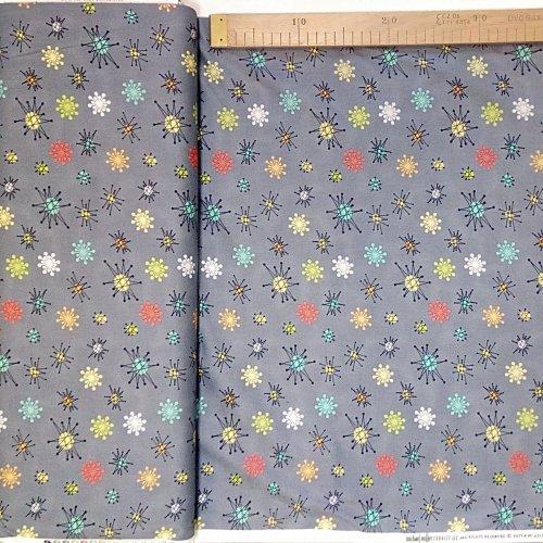 Americká bavlněná látka šedá barevné tečky kolečka tvary atomy na šití dekorací