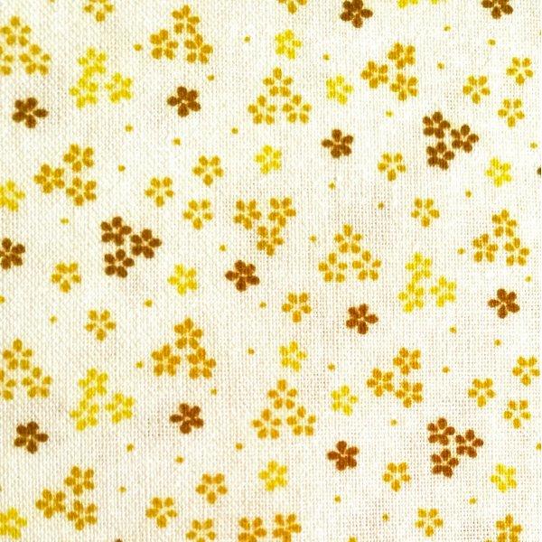 Česká bavlněné látka drobné hořčicové kytičky na bílém podkladu na patchwork